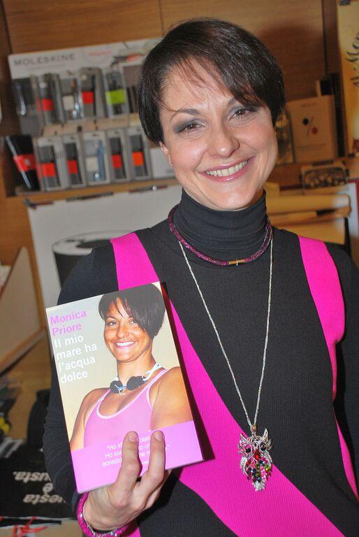 Monica Priore con libro